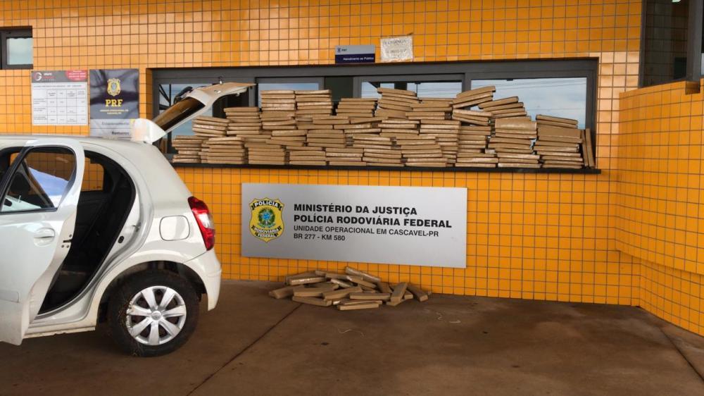 Após fuga pela contramão, PRF apreende maconha e recupera carro roubado no Paraná