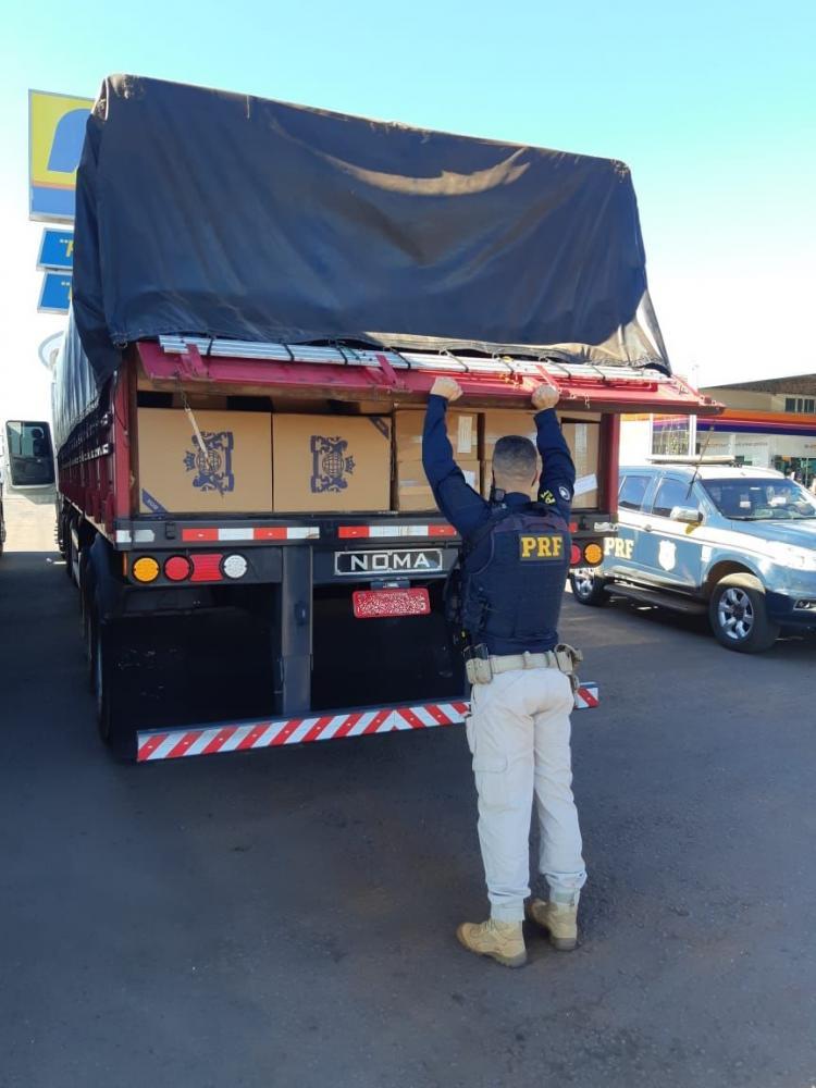 PRF apreende mais de 1 mihão de carteiras de cigarro em duas carretas no Paraná