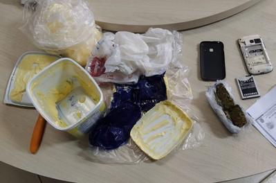 Agentes penitenciários interceptam celular em pote de margarina